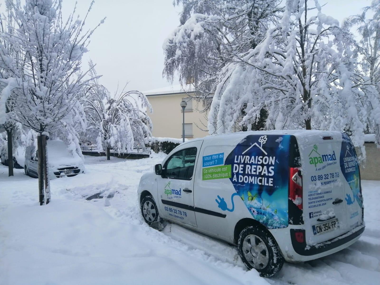 La neige n'arrête pas la livraison de repas, ni des sourires à domicile !